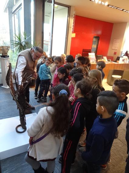 médiation scolaire - Gérard Bellaïche présente les oeuvres sculptées aux écoliers